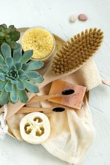 Zéro déchet, outils de salle de bain organiques naturels. pas de vie sans plastique. soins de la peau écologiques, concept de traitement corporel. minimalisme conscient mode de vie végétalien. réduire réutiliser recycler.