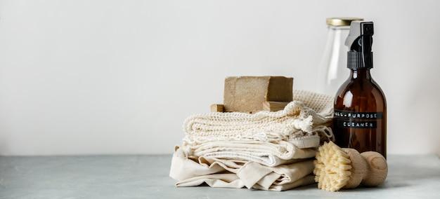 Zéro déchets beauté soins du corps et articles de nettoyage de maison sur fond de papier de couleur