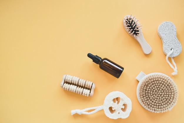 Zéro gaspillage d'accessoires de salle de bain, pinceau naturel, peigne en bois, huile, démaquillant dans un contenant en verre. concept de mode de vie, mise à plat.