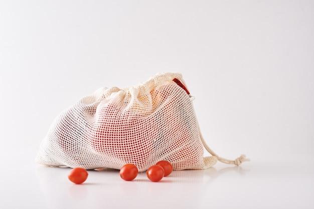 Zero gaspillage . légumes biologiques frais dans un sac en textile sur un blanc.