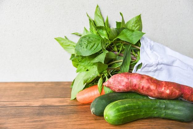 Zéro gaspillage moins de plastique dit pas de sac en plastique concept légumes en coton écologique
