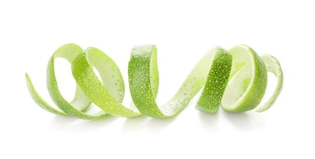 Zeste de citron vert sur fond blanc