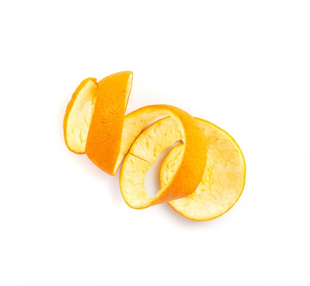 Zeste d'orange sec ou zeste isolé sur fond blanc