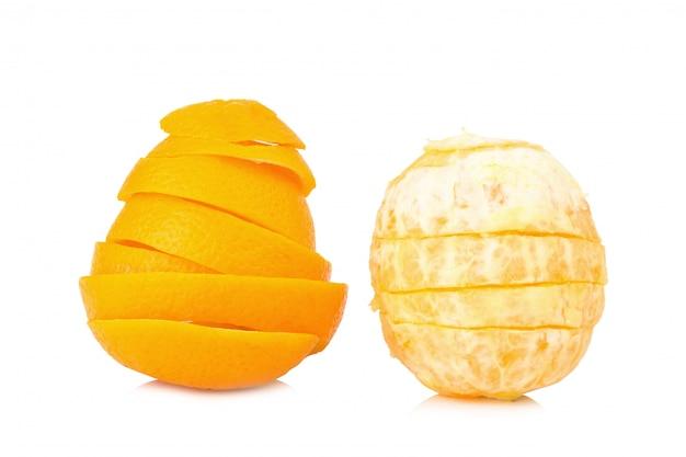 Zeste d'orange en spirale isolé sur fond blanc