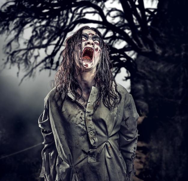 Zombie contre dans la forêt