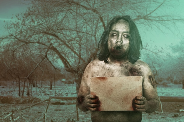 Zombie effrayant avec du sang et une blessure sur son corps tenant un plateau vide