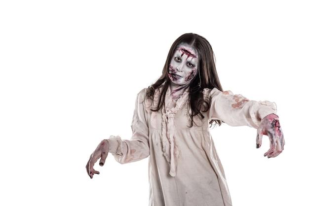 Zombie femelle asiatique isolé sur fond blanc