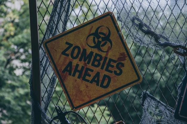 Zombies en avance sur la plaque signalétique pour halloween