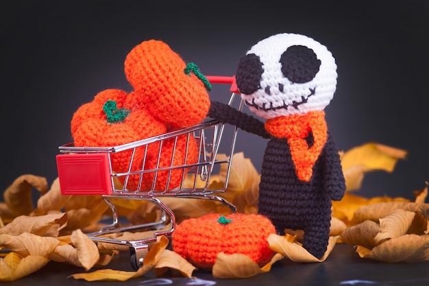 Zombies monstres tricotés et petites citrouilles, à la main, passe-temps. amigurumi. décor de fête d'halloween