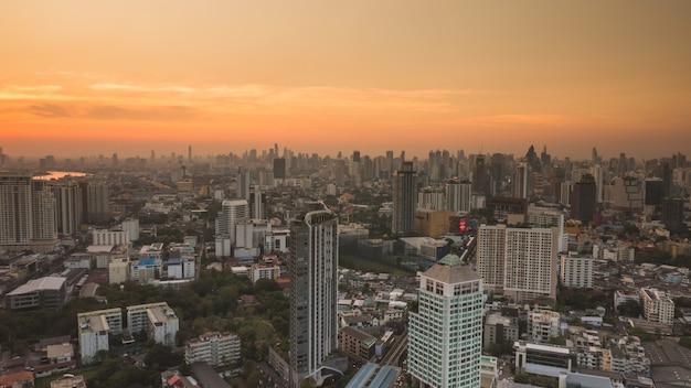 Zone d'activités à bangkok, en thaïlande, montrant les bâtiments et la circulation au coucher du soleil