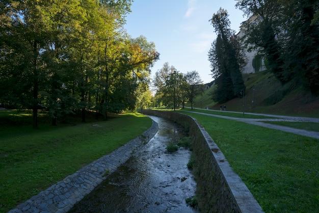 La zone autour du château de cesky krumlov le matin , république tchèque