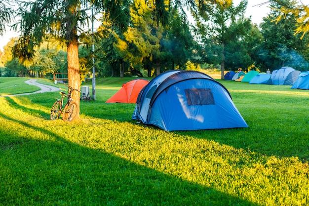 Zone de camping dans un bel endroit naturel