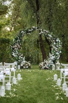 Zone de cérémonie de mariage avec des fleurs séchées