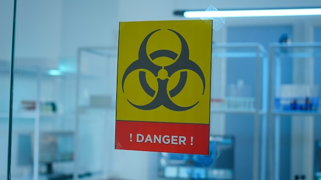 Zone de danger de laboratoire vide avec personne dedans, préparée pour l'innovation pharmaceutique à l'aide d'outils de haute technologie et de microbiologie pour la recherche scientifique