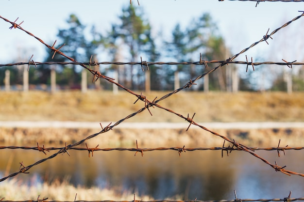 Zone dangereuse clôturée avec une clôture de barbelés