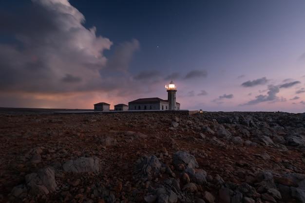 Zone du phare de punta nati sur la côte ouest de l'île de minorque, en espagne.