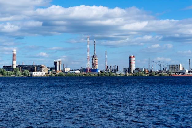 Zone industrielle sur la côte derrière un vaste plan d'eau, une vue générale