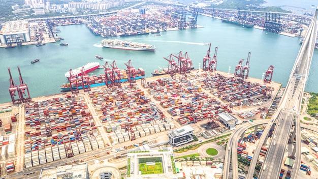 Zone industrielle du port de hong kong avec des cargos porte-conteneurs