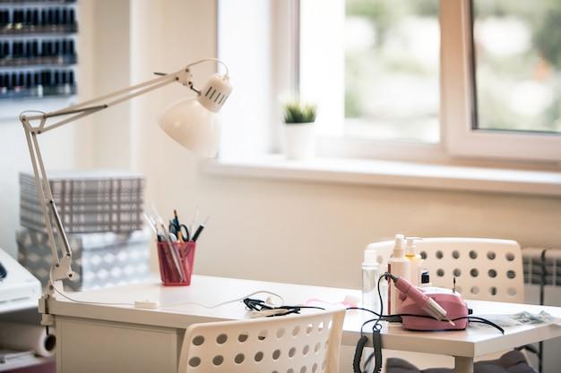 Zone ongles et manucure, espace d'attention personnalisé, table avec tous les ustensiles.
