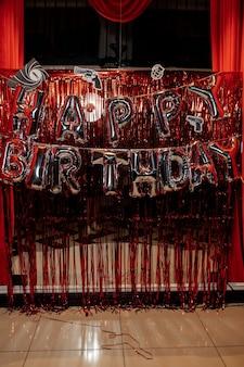 Zone photo pour enfants avec beaucoup de ballons. décorations pour une fête d'anniversaire de filles d'un an. concept de fête d'anniversaire pour enfants. cubes avec le mot un et boules de couleur crème et roses.