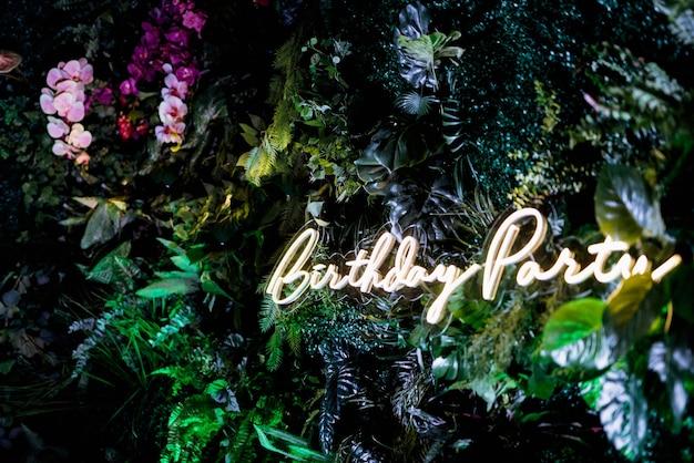 Zone de photo verte lumineuse décorative dans le style marakan avec des fleurs naturelles