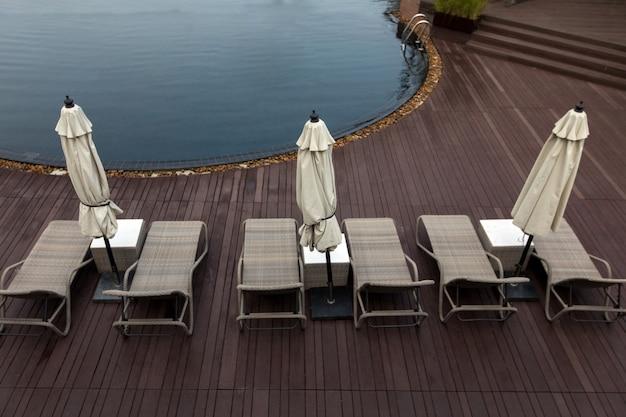 Zone de la piscine avec des chaises longues