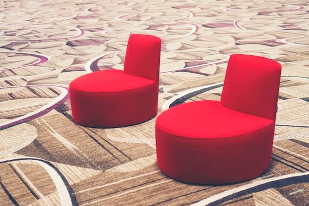 Zone de salon contemporain avec des canapés confortables situés dans le centre d'affaires