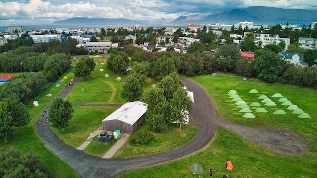 Zone sportive avec campings, ballons de football, caravanes et auberges