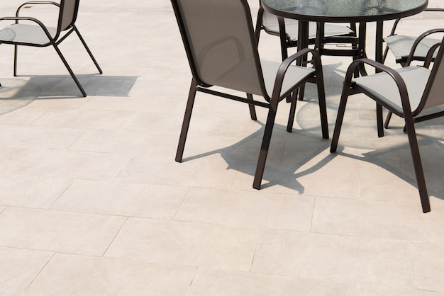 Zone de terrasse extérieure avec carrelage gris au sol avec coin salon
