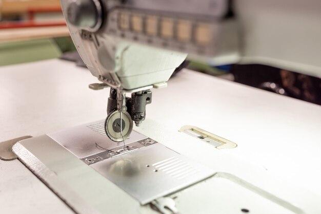 Zone de travail de la machine à coudre dans le magasin. fabrication de chaussures. pour n'importe quel but.
