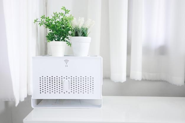 Zone wifi à la maison. routeur sans fil wifi signe sur table maison intelligente et concept de connexion réseau