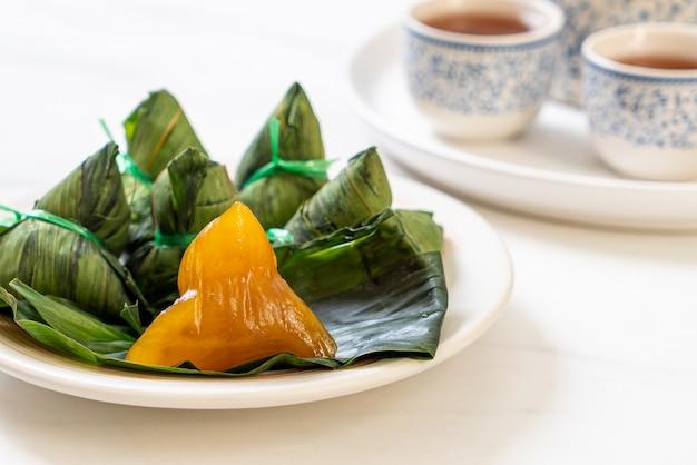 Zongzi ou boulettes de riz gluant chinois traditionnel