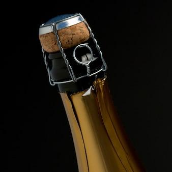 Zoom sur le dessus de la bouteille de champagne