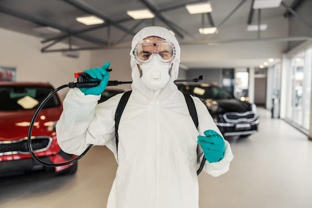 Un zoom photo d'un homme qui est fier de son travail situation du coronavirus de l'épidémie de covid19