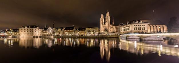 Zurich sur les rives de la rivière limmat au soir d'hiver