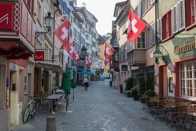 Zurich, suisse - 19 juin 2017 : promenez-vous dans les vieux bâtiments du centre historique de la ville de zurich. journée d'été avec ciel bleu