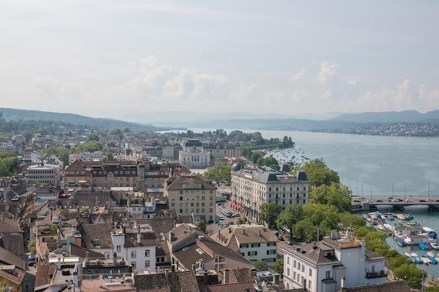 Zurich, suisse - 21 juin 2017 : vue aérienne du centre-ville de zurich avec l'opéra et le lac de zurich depuis l'église grossmunster, zurich, suisse. paysage d'été, temps ensoleillé et journée ensoleillée
