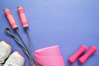 Accessoires femme pour gym et fitness, collection de couleur rose sur fond violet