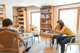 Adolescentes prenant la photo de lecture camarade de classe