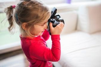 Adorable fille avec une caméra