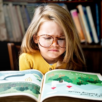 Adorable petite fille avec des lunettes devient stressé