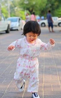 Adorable petite fille en cours d'exécution le matin