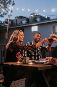 Amis portant un toast au vin rouge