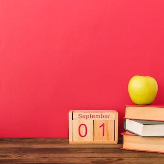 Apple et de beaux livres près du calendrier