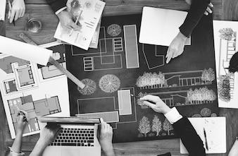 Architectes et designers travaillant au bureau