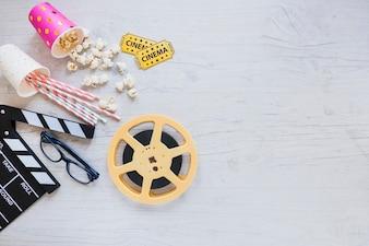 Arrangement élégant d'objets de cinéma