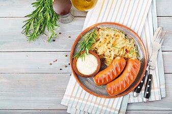 Assiette de saucisses et choucroute sur table en bois. Menu traditionnel Oktoberfest