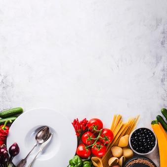 Assortiment de assiettes et de légumes mûrs
