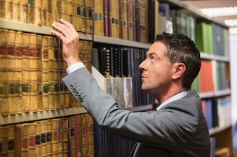 Avocat picking book dans la bibliothèque de droit à l'université