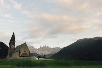 Baiser, mariage, couple, devant, pierre, église, dans montagnes
